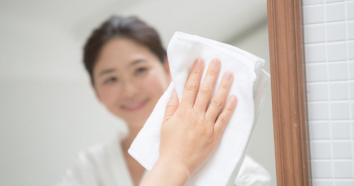 白くくもって見えにくいっ!鏡の水垢汚れをすっきり落とす方法