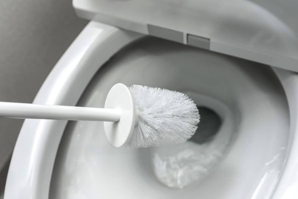 頑固な尿石や水垢を撃退!トイレのふち裏の掃除方法